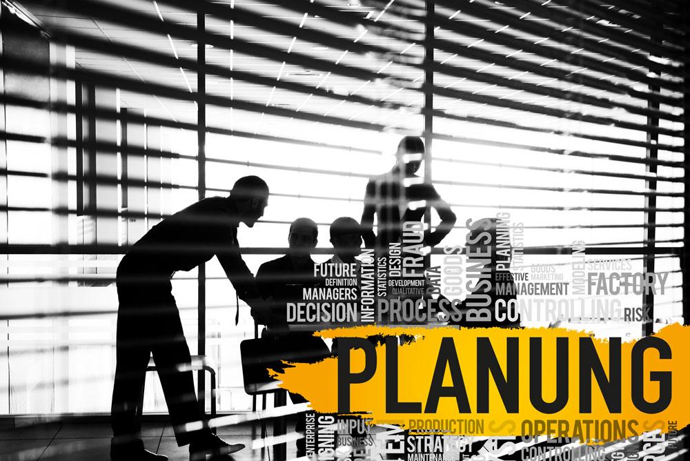 Bei der Planung eines Projektes wird die Projektstruktur für das Projektmanagement ermittelt, Projektleiter und Team werden bestimmt. Arbeitsschritte bis zum nächsten Meilenstein werden festgelegt
